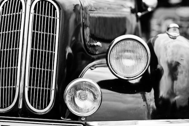 レトロな車のヘッドライト。古いビンテージ車の前