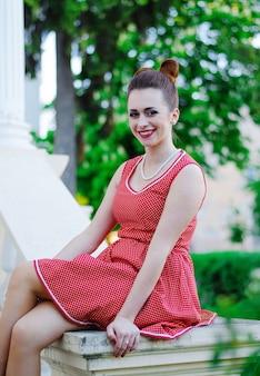 Портрет молодой девушки кинозвезды в ретро старомодном платье