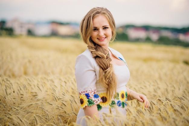 Маленькая девочка на украинском национальном платье представила на поле венка.