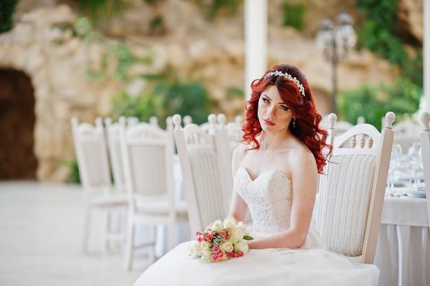 Очаровательная рыжая невеста со свадебным букетом