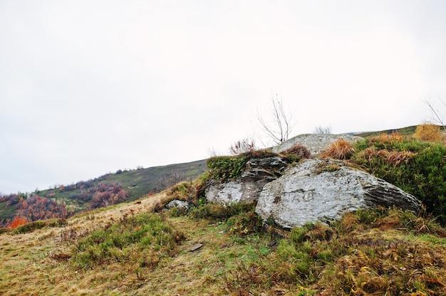 山のふもとにある大きな岩石