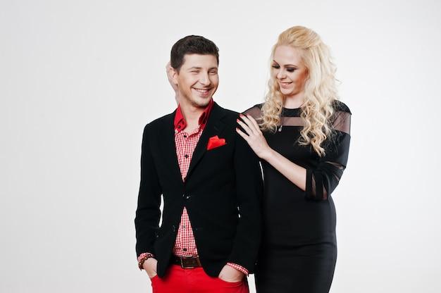 愛の若いスタイリッシュな美しいカップルを笑顔のスタジオポートレート。