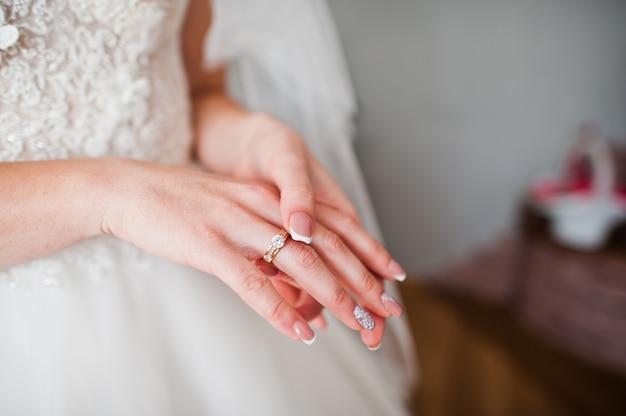 Фото конца-вверх пальца невесты с кольцом на ем.
