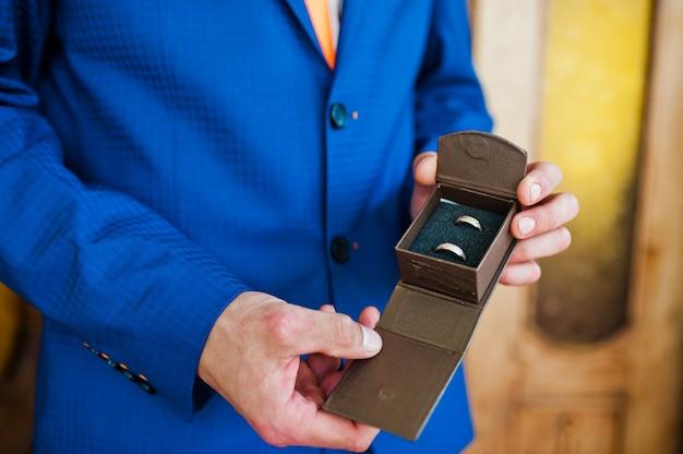 ボックスで新郎の手に結婚指輪