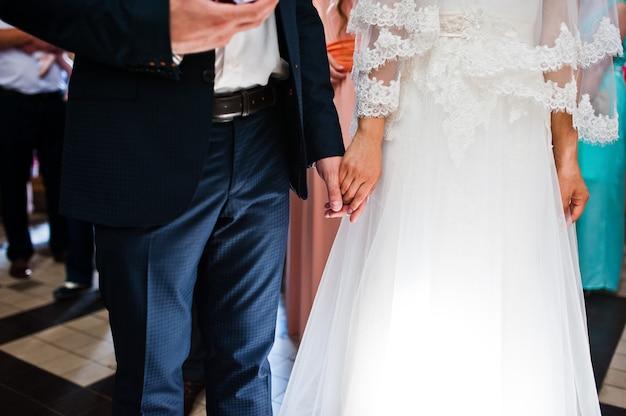 教会に新婚の手を握って