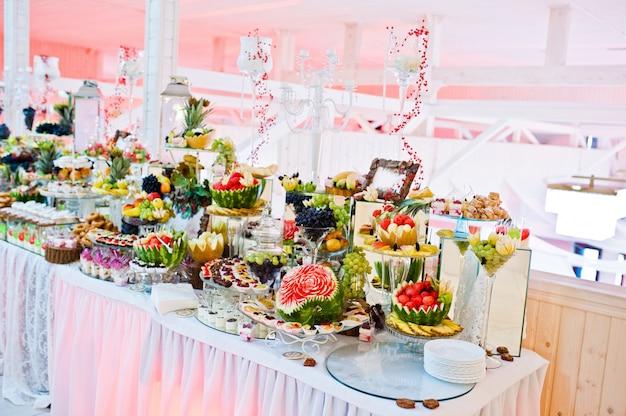 Свадебный прием. стол с фруктами и сладостями