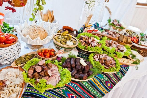 結婚披露宴。ウクライナのソーセージとベーコンのテーブル