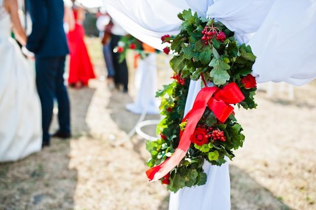 結婚式の装飾に花輪を捧げる