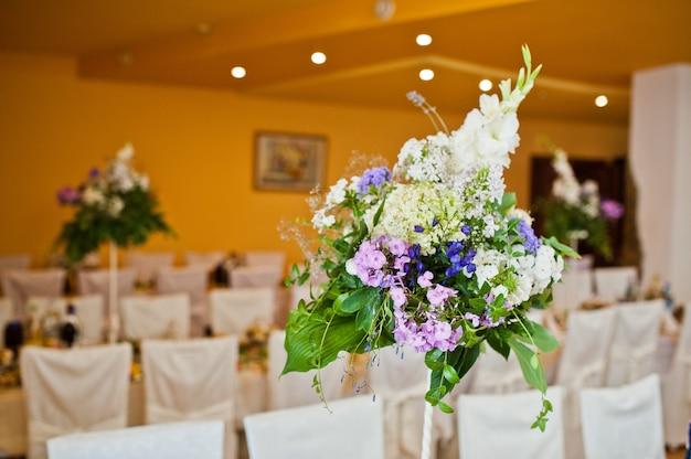 結婚式のテーブルに紫のライラックの花