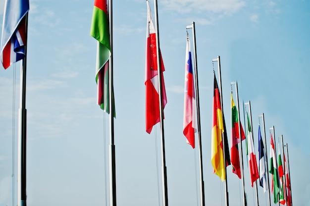 Много национальных флагов разных стран.