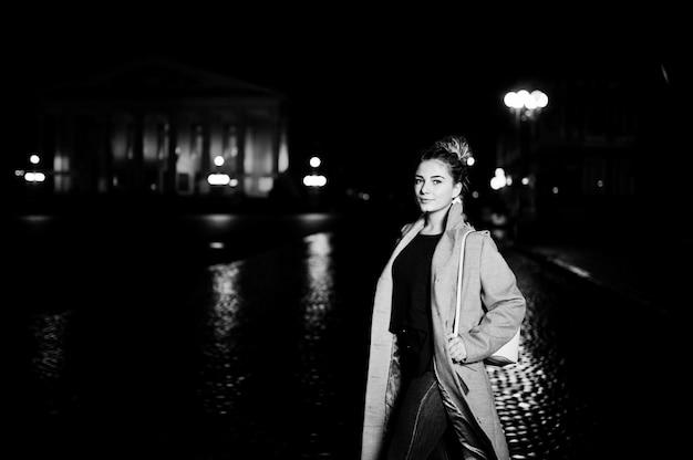 Девушка с дредами, ходить на ночной улице города.