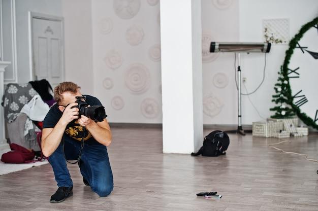 Фотограф снимает на студии. профессиональный фотограф на работе. мастер класс.