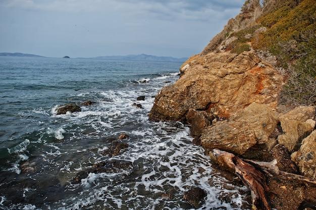 Морские волны разбиваются о пляж скалы пейзаж