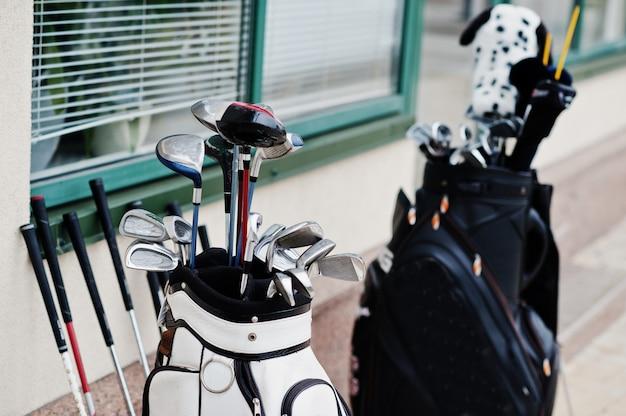 舗装で多くのゴルフクラブのバッグ。