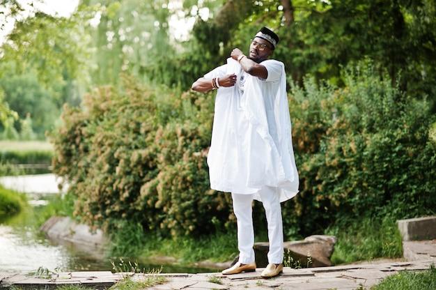 白い民族衣装で金持ちの黒人男性