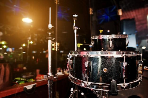 Барабанная установка и барабанные палочки