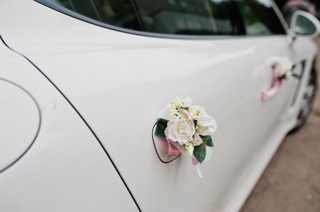 花飾り付きの優雅な結婚式のリムジン車。
