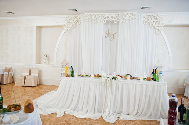 美しい結婚式は、レストランで装飾を設定します。