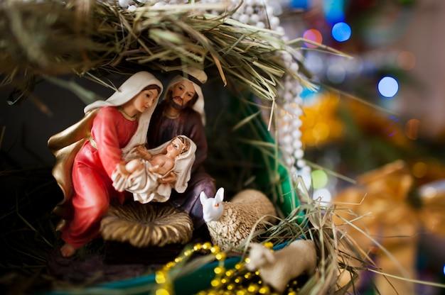 聖母マリアはイエスを産みました、そしてそれはベビーベッド、クリスマスにあります