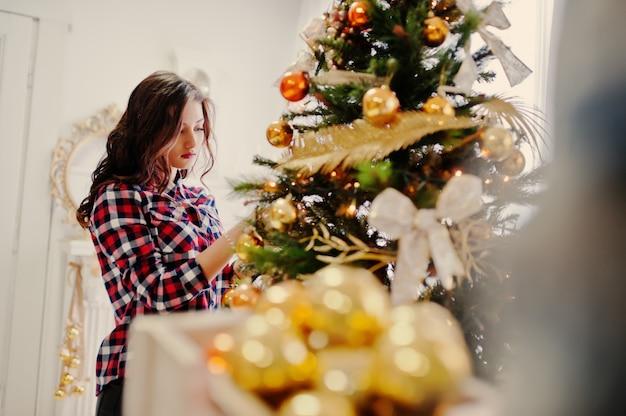 クリスマスプレゼントと正月飾りのスタイリッシュな少女