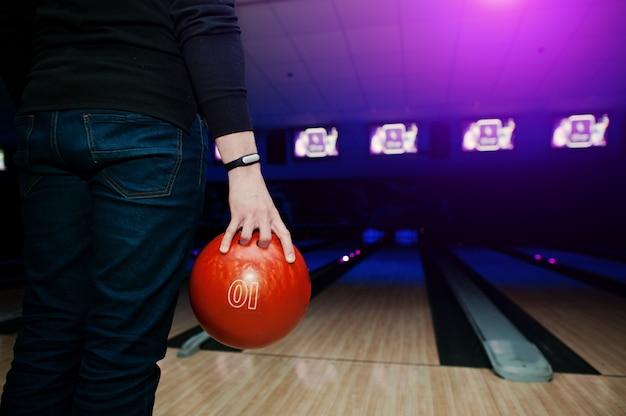 ボウリングのボールを保持しているブレスレットを持つ男プレーヤーの手