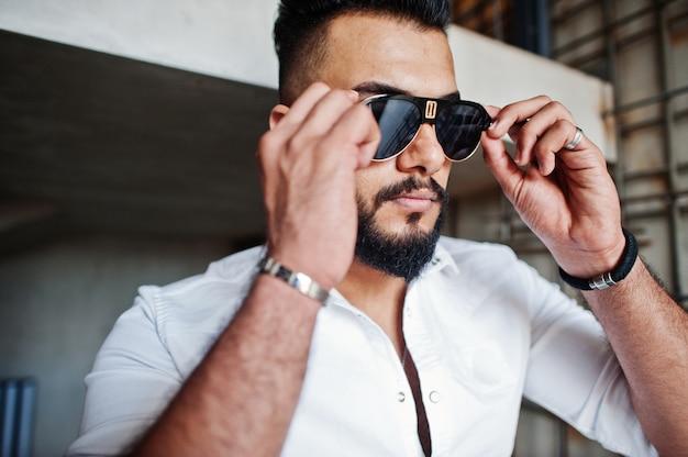 白いシャツとサングラスでスタイリッシュな男の写真をクローズアップ