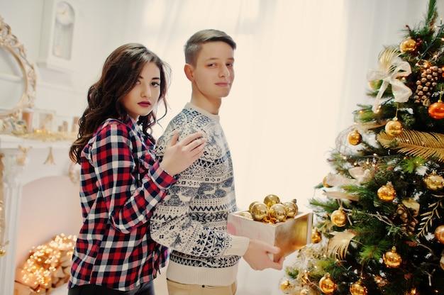 クリスマスプレゼントと正月飾りとスタイリッシュなカップル