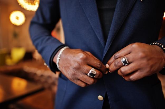 スーツのボタンでおしゃれな男の手を閉じるボタン