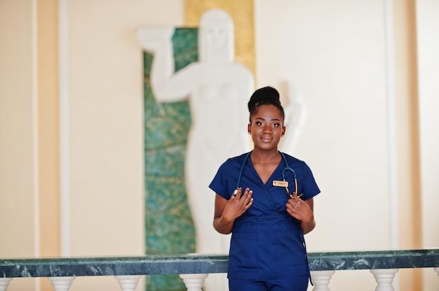 Профессиональная женщина-врач в больнице