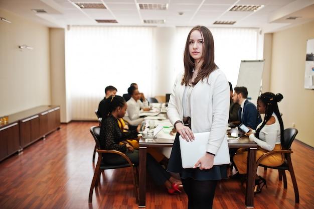 Бизнес женщина, держащая ноутбук на встрече
