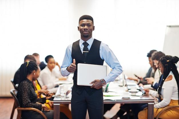 Деловой человек держит ноутбук на встрече