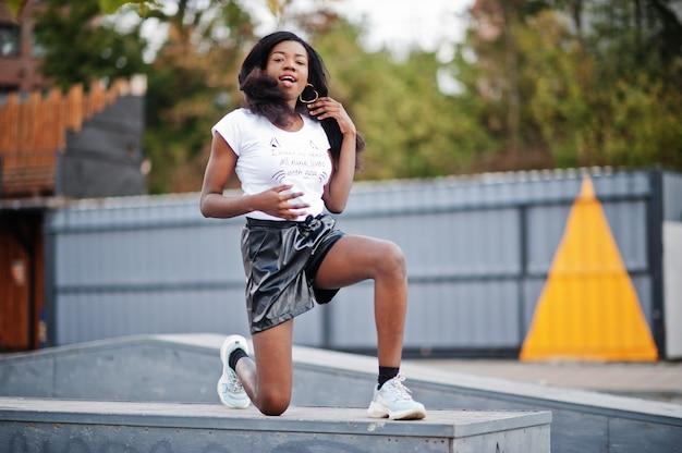 黒のショートパンツでアフリカ系アメリカ人の女性
