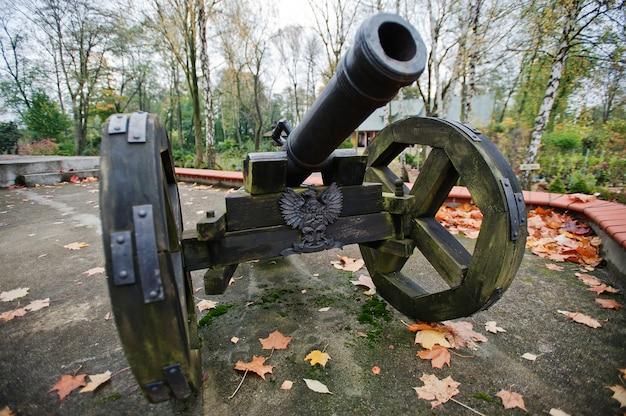 Древняя чугунная пушка на колесах