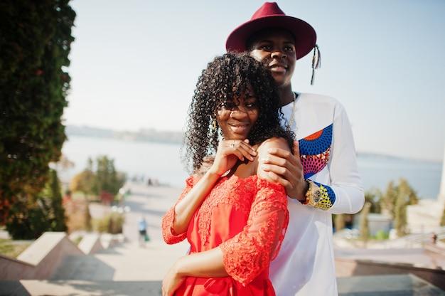 秋の日に一緒にポーズをとるスタイリッシュなトレンディなアフロフランスのカップル。愛の黒アフリカモデル。