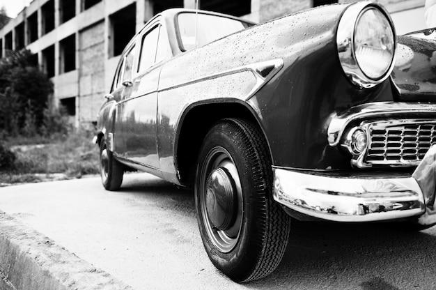 古いビンテージレトロ車の側面。白黒写真