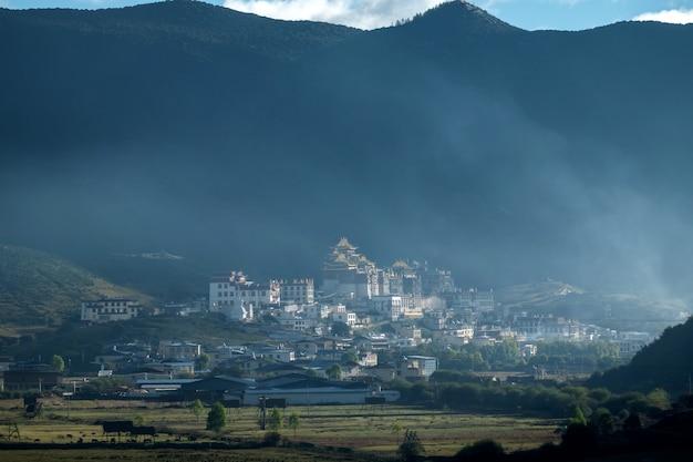 Храм сонгзанлин, монастырь ганден-сумцелинг в утреннем тумане