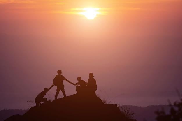互いに助け合い、チームワークで協力する友人