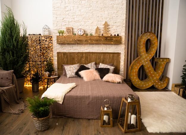 居心地の良いベッドルームのインテリア、ベージュのカバー付きのベッド。