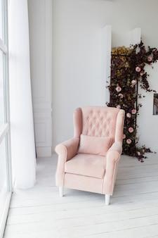 Розовое кресло в гостиной.