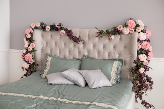 花と枕のある寝室のインテリアデザイン