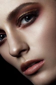 創造的な化粧のクローズアップの肖像画と美しいファッション女性