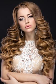 花嫁のイメージでウェディングドレスと美しい女性。