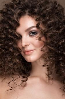 Девушка с идеально вьющимися волосами