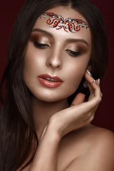 創造的なアラブ化粧、ストレートの長い髪、完璧な肌を持つ美しい女性、