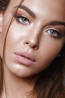 Красивая девушка с классическим макияжем