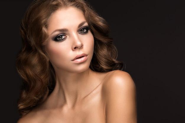 Красивая женщина с вечерним макияжем и длинными прямыми волосами