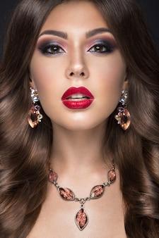 アラビア語の化粧、赤い唇とカールを持つ美しい女性