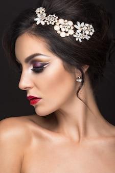 Красивая брюнетка с арабским вечерним макияжем и идеальной кожей
