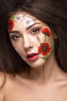 Красивая брюнетка девушка с локонами и цветочным узором на лице. салон цветов.