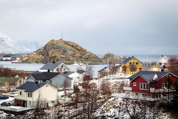 海の上の冬の家